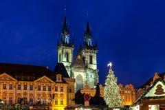 圣诞树和Tyn教会在布拉格 库存图片