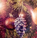 圣诞树在与聚焦的一个分支戏弄在葡萄酒样式 库存图片