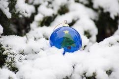 圣诞树在冬时的球装饰品 免版税库存图片