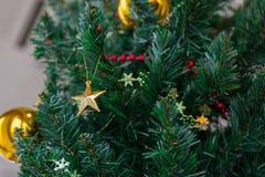 圣诞树在办公室 库存照片