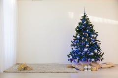 圣诞树在圣诞节在有礼物的一个绝尘室 图库摄影