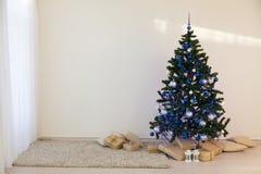 圣诞树在圣诞节在有礼物的一个绝尘室 库存图片
