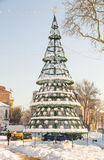 圣诞树在多雪的波摩莱,保加利亚,冬天2017年 免版税库存照片