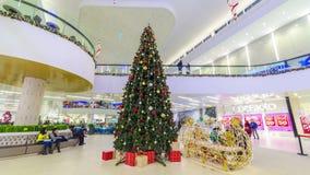 圣诞树在奇姆肯特广场购物中心在圣诞节 4K TimeLapse -奇姆肯特1月2017年,哈萨克斯坦 股票录像