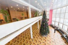 圣诞树在文化中心ZIL的大厅里 库存图片