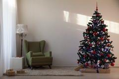 圣诞树在新年`的s伊芙一个绝尘室 免版税库存图片