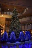 圣诞树在旅馆大厅的光显示 免版税库存照片