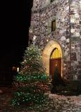 圣诞树在晚上教会外 图库摄影