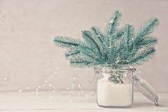 圣诞树在有雪的银行中 免版税库存照片