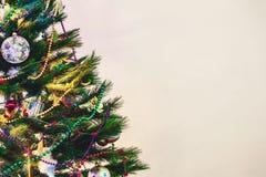 圣诞树在白色墙壁背景站立 免版税库存图片