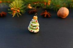 圣诞树在石背景的绿色装饰品 免版税库存照片
