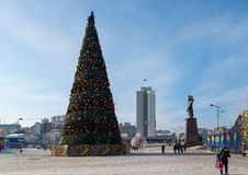 圣诞树在符拉迪沃斯托克中心广场  免版税库存照片
