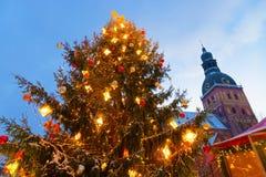 圣诞树在里加的圣诞节市场上 免版税库存照片