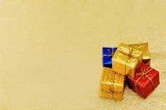 圣诞树在金黄背景的礼物盒装饰 免版税库存图片
