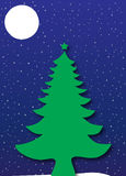 圣诞树在满天星斗的蓝色夜空下 免版税库存图片