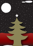 圣诞树在满天星斗的黑暗的夜空下 图库摄影