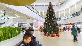 圣诞树在购物中心奇姆肯特广场 4K TimeLapse -奇姆肯特1月2017年,哈萨克斯坦 股票录像