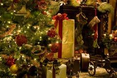 圣诞树壁炉 免版税库存图片