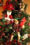 圣诞树天使、矮子、圣诞老人、光和树装饰 免版税库存图片