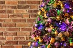 圣诞树对砖墙 库存照片