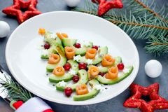 圣诞树开胃菜鲕梨三文鱼沙拉 免版税库存照片