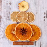 圣诞树形状由干桔子、柠檬和苹果制成在老木背景 库存照片