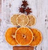 圣诞树形状由干桔子、柠檬和茴香制成在老木背景 免版税库存图片