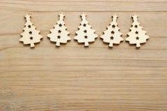 圣诞树形状由木头制成在木桌 免版税图库摄影