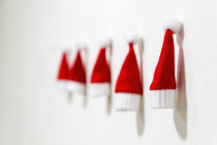 圣诞树戏弄手工制造 球配件箱分行圣诞节手摇铃装饰品 小的圣诞老人帽子 免版税库存图片