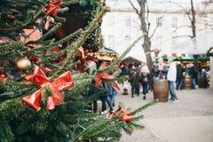 圣诞树或冷杉在前景分支 圣诞节市场在德国在背景中被弄脏 免版税库存图片