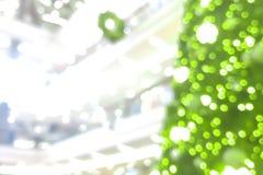 圣诞树抽象迷离在商城的背景的 免版税图库摄影