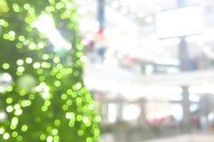 圣诞树抽象迷离在商城的背景的 免版税库存照片