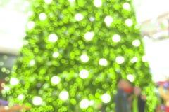 圣诞树抽象迷离在商城的背景的 免版税库存图片