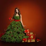 圣诞树时尚妇女礼服,式样女孩,红色礼物 免版税库存图片