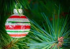 圣诞树有条纹的中看不中用的物品装饰 库存图片
