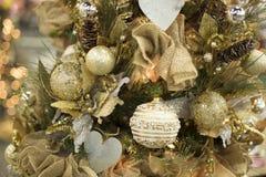 圣诞树温暖的黄色金黄球装饰品 免版税库存图片
