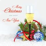 圣诞树玩具、香槟和雪花在白色背景 库存照片
