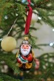 圣诞树玩具渔夫,有鱼的祖父在垂悬在圣诞树的一条红色丝带 免版税库存照片