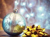 圣诞树玩具,被弄脏的和神仙的背景 免版税库存照片