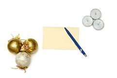 圣诞树球和蜡烛与贺卡 免版税库存图片