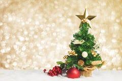 圣诞树用樱桃和球在与b的白色毛皮装饰 免版税库存图片