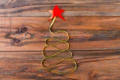 圣诞树由与一个红色星的绿色丝带制成 免版税库存照片