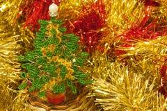 圣诞树由小珠黄色闪亮金属片制成 图库摄影