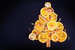 圣诞树手工制造从干桔子 库存照片 - 图片: 63478208图片