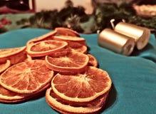 圣诞树由干橙色切片做成 库存图片