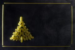 圣诞树由意大利面团制成 库存照片
