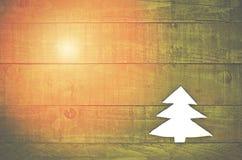 圣诞树由毛毡制成在绿色木背景 图库摄影