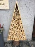 圣诞树由火日志做成 库存照片