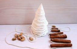 圣诞树由纸,桂香,开心果新年构成制成 库存照片