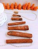 圣诞树由纸,桂香,开心果新年构成制成 免版税库存图片